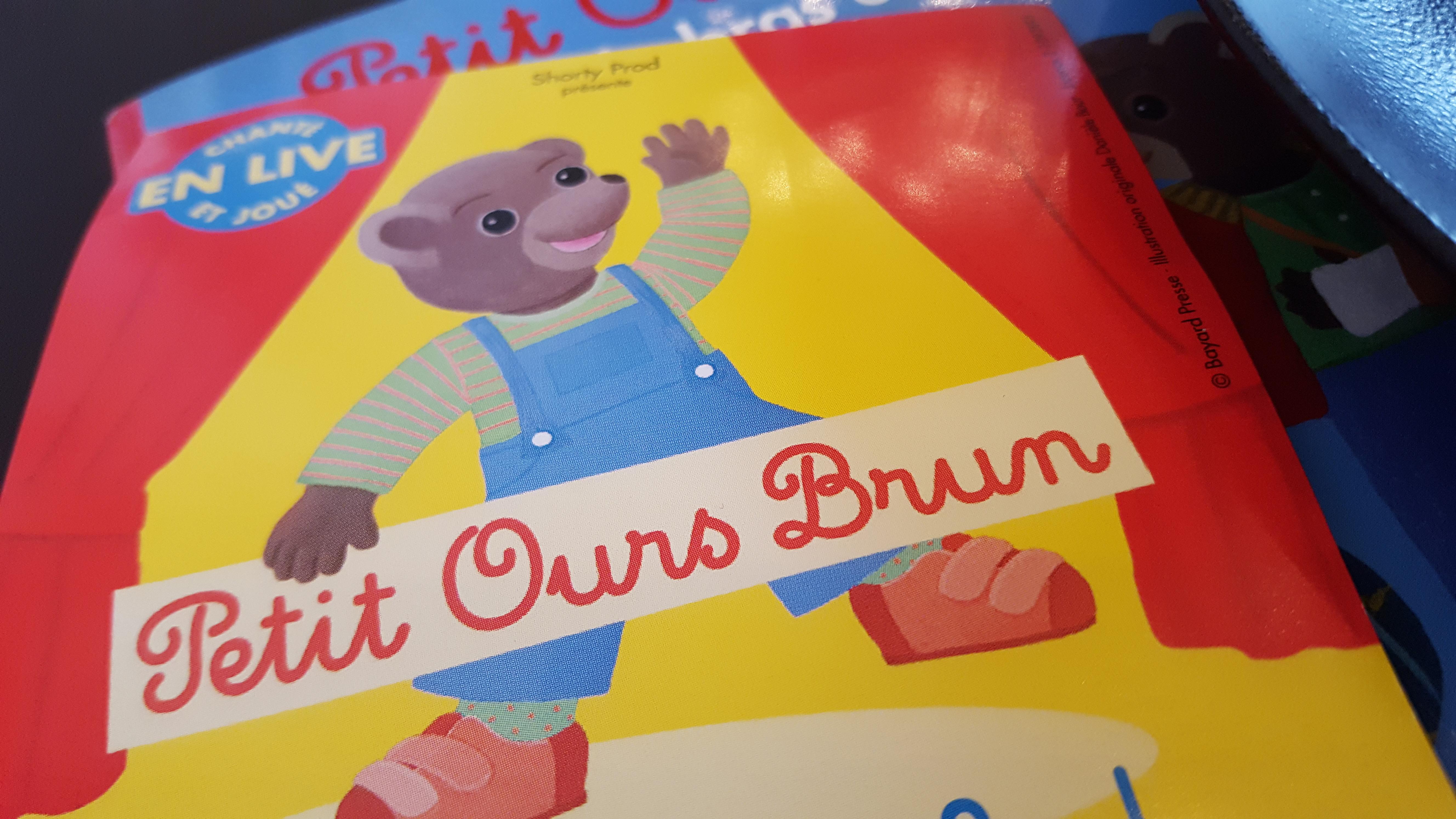 Petit ours brun en pestacle